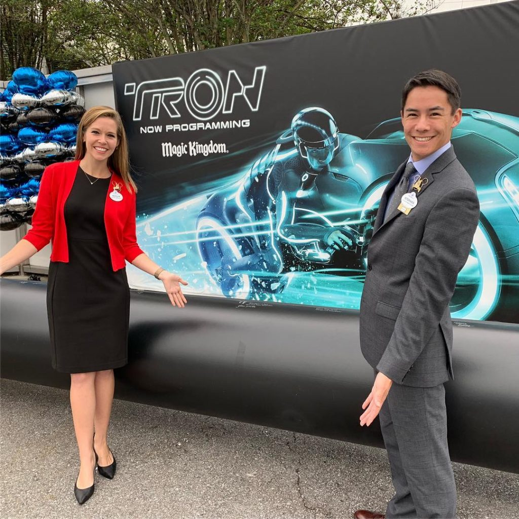 Avatar Cast Members: PHOTOS: Cast Members Sign A Support Column For New Tron